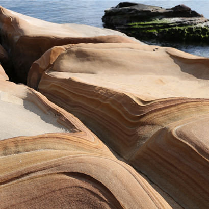 長い年月をかけて波に削られた美しく神秘的な岩肌