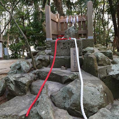 自凝島神社・鶺鴒石(セキレイイシ)