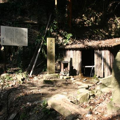 御井の清水・山道を登っていくと小さな小屋があり清らかな水が流れています